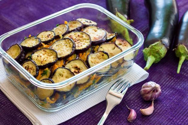Voorgerecht van gebakken en gemarineerde aubergine met ui en wortel