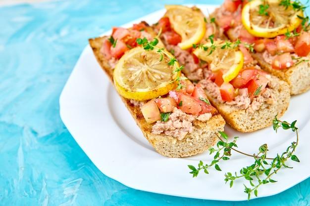 Voorgerechtbruschetta met tonijn en tomaten