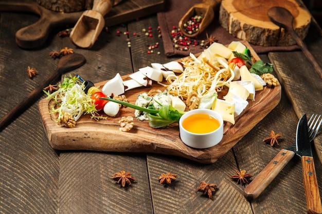 Voorgerechten met kaas op het houten bord
