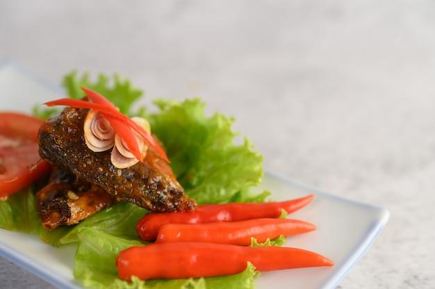Voorgerechten met kruidige sardine gemengd met kruid