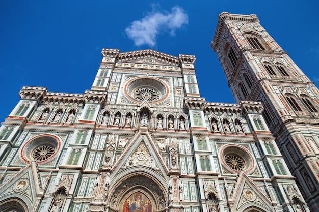 Voorgevel van de kathedraal van sint maria van de bloem, duomo. italië, toscane, florence.