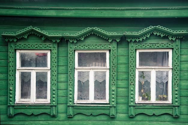 Voorgevel van het oude russische dorpsblokhuis met gesneden ornamentenelementen