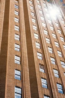 Voorgevel van highrise flatgebouw