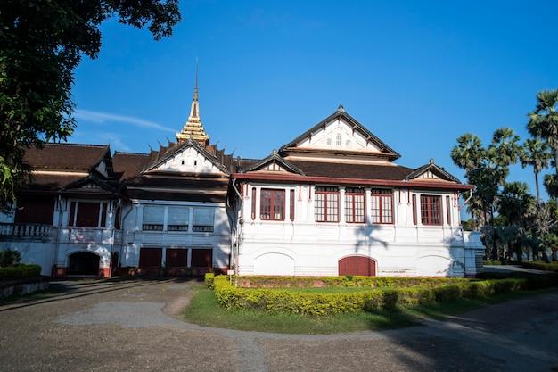 Voorgevel van koninklijk paleis in luang prabang, laos. stad attractie.