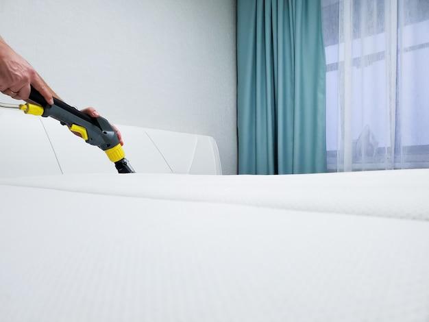 Voorjaarsschoonmaak of regelmatige schoonmaak. maak de matras schoon