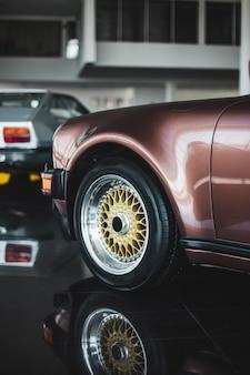 Voorkant van een vintage violetkleurige auto van de kleurensedan
