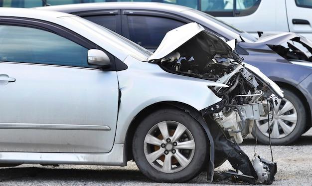 Voorkant van grijze kleur auto beschadigd en gebroken per ongeluk kopieerruimte