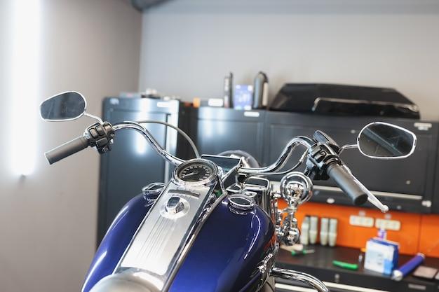 Voorkant van motorfiets bij tankstationonderhoud van motorvoertuigenconcept