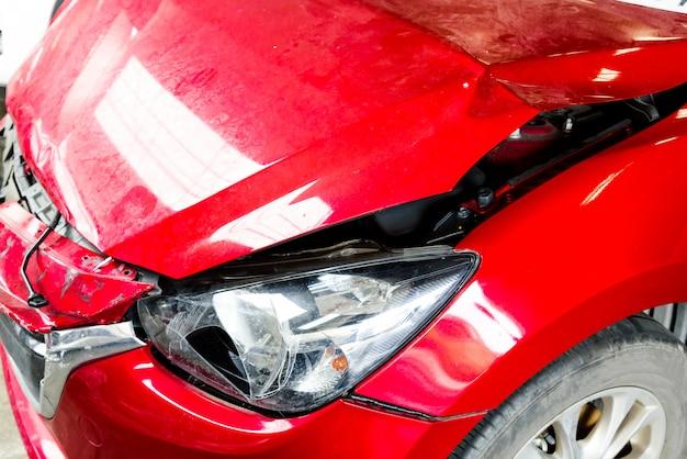Voorkant van rode auto geraakt ongeval raakt de schade tot aan de crash