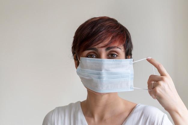 Voorkom besmettelijke virale ziekten zoals corona virus covid 19. stop de voortplanting en gebruik voorzichtigheidsmaatregelen. portret die van verpleegster stappen van het dragen van een gezichtsmasker verklaren die mogelijke kiemen in mond behandelen.