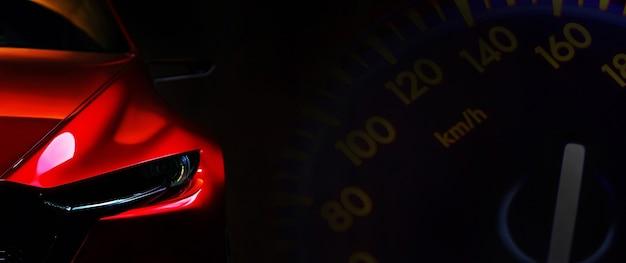 Voorkoplampen van rode moderne auto op zwarte achtergrondexemplaarruimte
