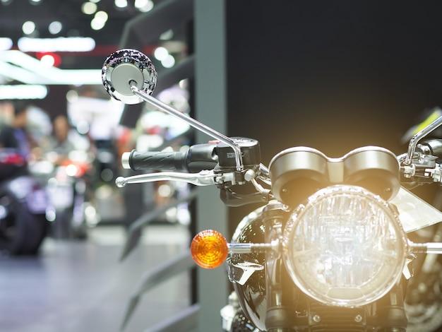Voorlicht van motorfiets met lichtflits in motorshow-evenement
