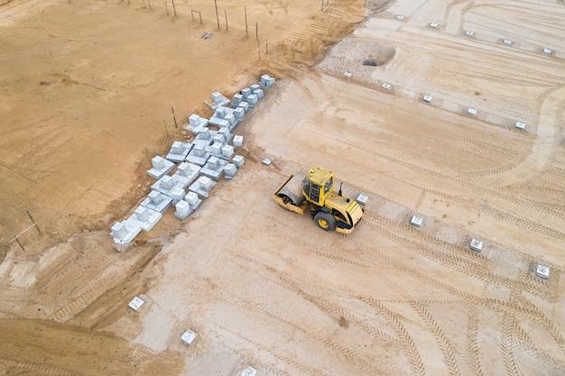 Voorman aan het werk op een bouwplaats, luchtfoto