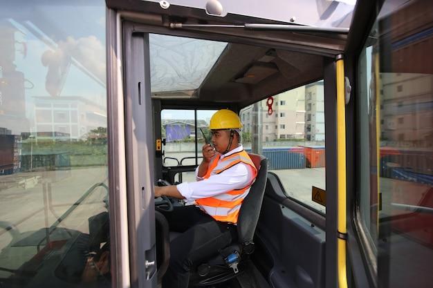 Voorman controle laden containerdoos van vrachtvrachtschip voor import export. container magazijnmedewerker.