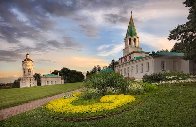 Voorpoort in kolomenskoye en st. george's church in moskou onder een bewolkte hemel
