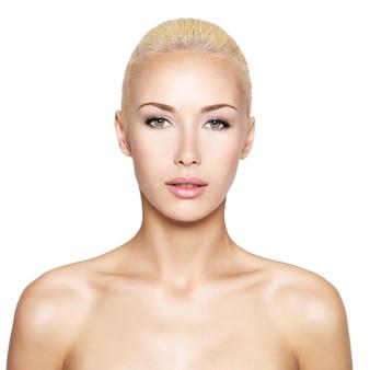 Voorportret van de blonde vrouw met geïsoleerd schoonheidsgezicht -