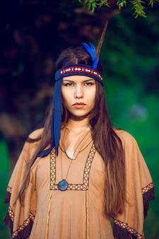 Voorportret van een aantrekkelijke jonge vrouw in inheemse indische amerikaanse bohokleding