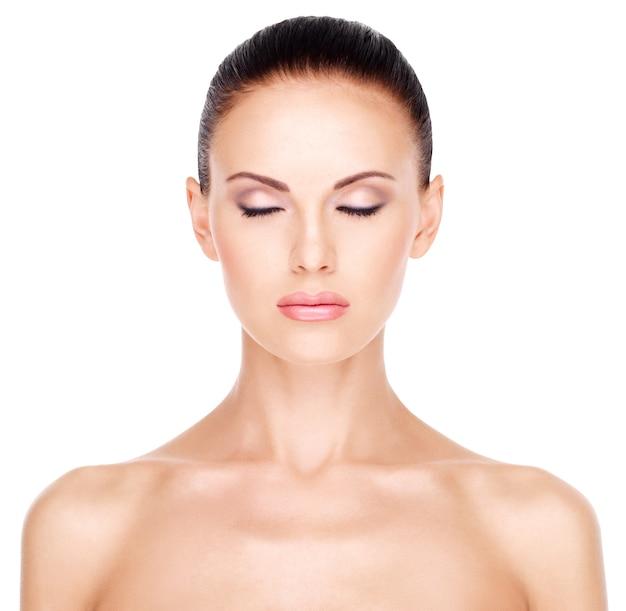 Voorportret van het geïsoleerde gezicht van de mooie vrouw met gesloten oog -