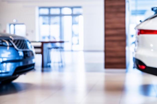 Voorraad van auto's in showroom van autodealer met onscherpe achtergrond. selectieve aandacht