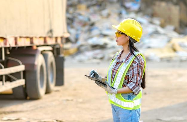 Voorraadhoudster meisje gebruikt momenteel de producttablet vóór export voor verkoop