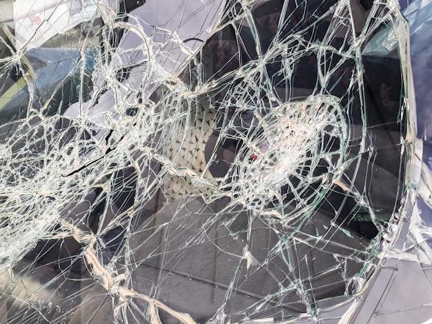 Voorruit van auto's die met stenen door vandalen wordt vernietigd.