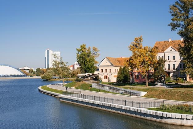 Voorstad en rivier in zonnige dag