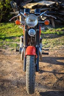 Voorste deel van een vintage motorfiets, rode fiets, oud transport