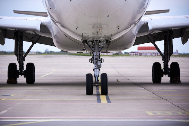 Voorste landingsgestel van grote passagiersvliegtuigen close-up hoog gedetailleerde weergave. niemand
