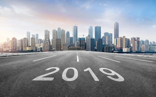 Vooruit highway 2019 en moderne stedelijke skyline