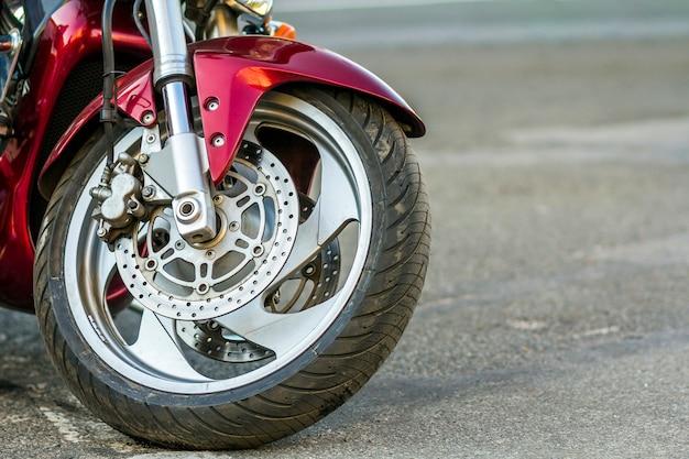 Voorwiel van sportmotorfiets op weg