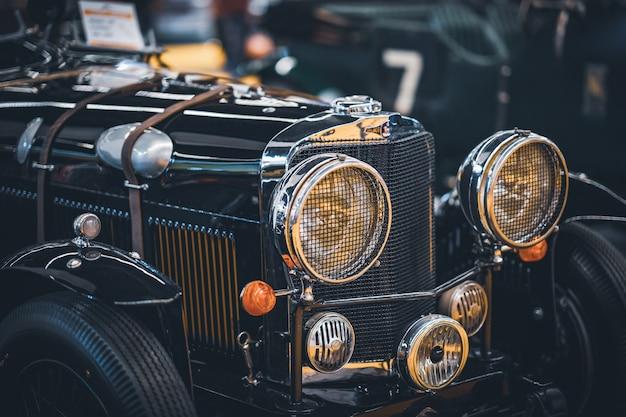 Voorzijde en koplampen van een oude klassieke auto