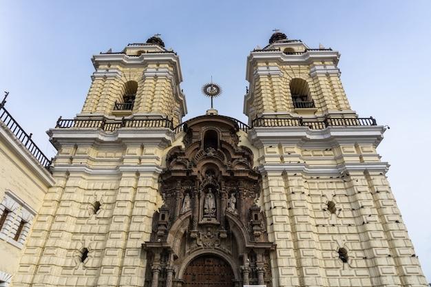 Voorzijde van de kerk van san francisco in het centrum van lima