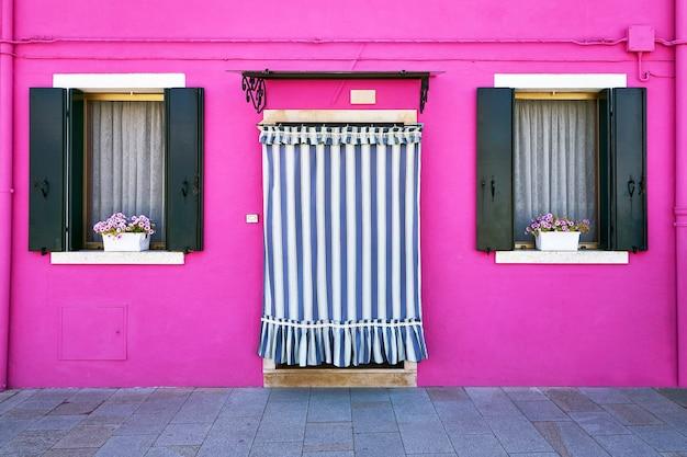 Voorzijde van het roze huis op het eiland burano, venetië, italië
