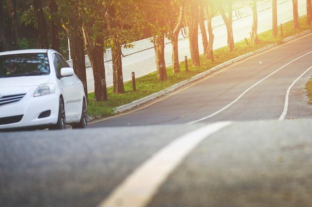 Voorzijde van nieuw wit autoparkeren op de asfaltweg