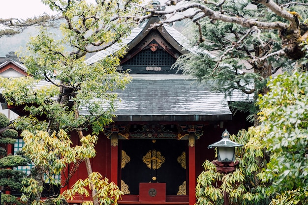 Voorzijde van rode tempel japan