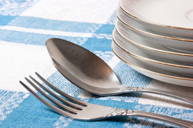 Vork en lepel stapel borden op de tafel