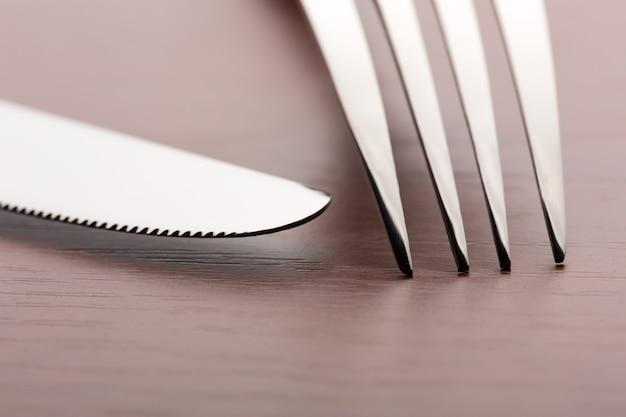 Vork en mes op houten achtergrond