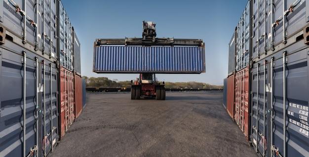 Vorkheftruck die containerbox houdt