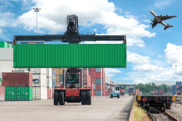 Vorkheftruck die containerdoos behandelen die aan goederentrein laadt