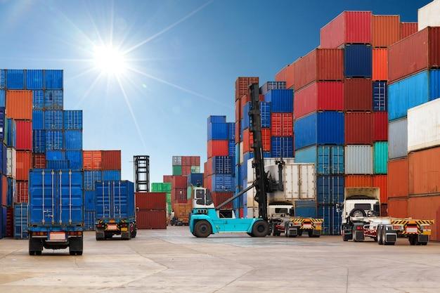 Vorkheftruck die containerdoos behandelen die aan vrachtwagen laadt