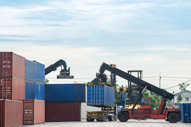 Vorkheftruck die de containerdoos in logistieke zone behandelt