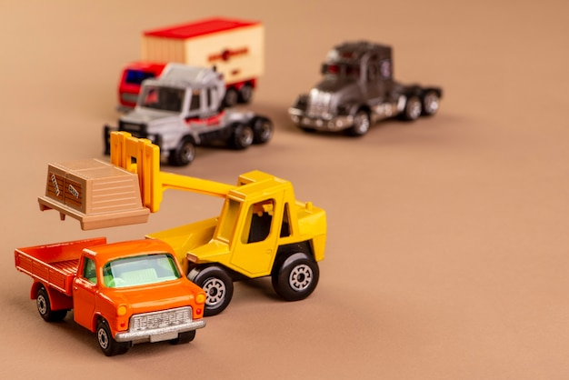 Vorkheftruck die een vrachtwagen en drie vrachtwagens laadt