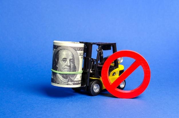 Vorkheftruck draagt een grote bundel dollars en rood symbool geen beperkingen op de export van kapitaal