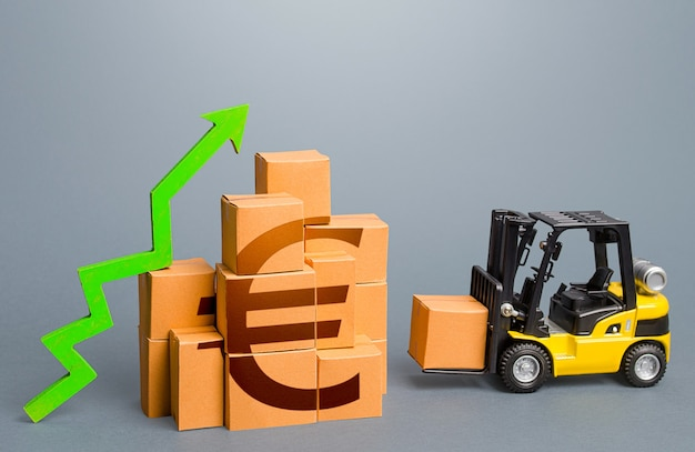 Vorkheftruck en stapel dozen met eurosymbool en groen pijl-omhoog verkoopgroeiconcept