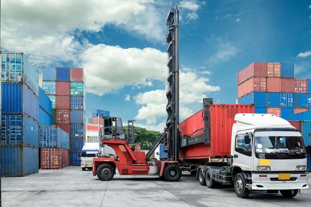 Vorkheftruck lift containerdoos die aan vrachtwagen in depot laadt