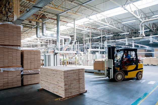 Vorkheftrucklader in het scheepswerf van het opslagpakhuis. distributieproducten.