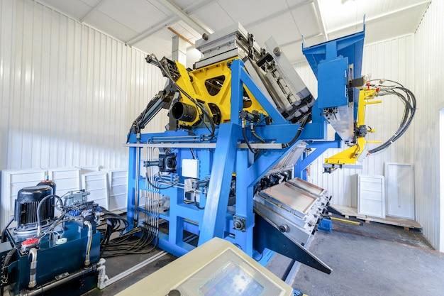 Vorm- en gegoten persmachine voor de vervaardiging van kunststof onderdelen met behulp van polymeren voor de koelkast