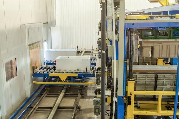 Vorm- en gegoten persmachine voor de vervaardiging van kunststof onderdelen met behulp van polymeren voor koelkasten