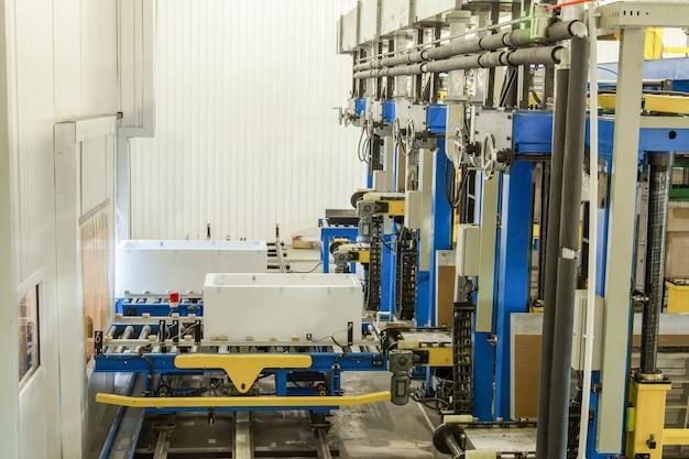 Vorm- en gegoten persmachine voor de vervaardiging van plastic onderdelen met behulp van polymeren voor koelkasten