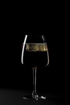 Vorm van glas met ijsblokjes in het donker